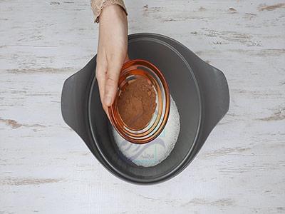 اضافه کردن پودر کاکائو به مواد شیر کاکائو خانگی