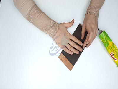 چسباندن آستر جا کارتی ها در آموزش دوخت کیف چرم