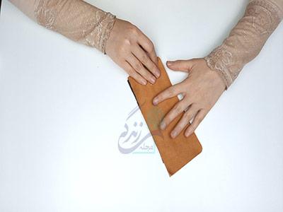 چسباندن آستر پشتی در آموزش دوخت کیف چرم