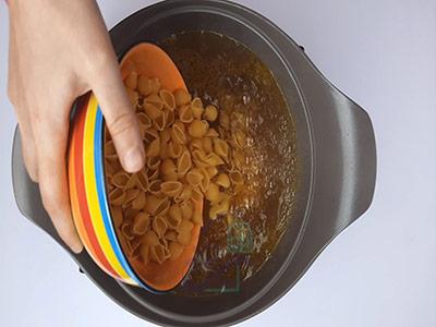 ریختن ماکارونی فرمی در آبجوش در طرز تهیه سالاد ماکارونی