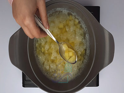پختن سیب زمینی در طرز تهیه سالاد روسی