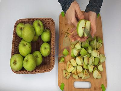 خرد کردن سیب ها در طرز تهیه سرکه سیب خانگی