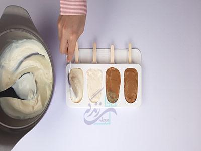 ریختن بستنی داخل قالب در طرز تهیه بستنی خانگی
